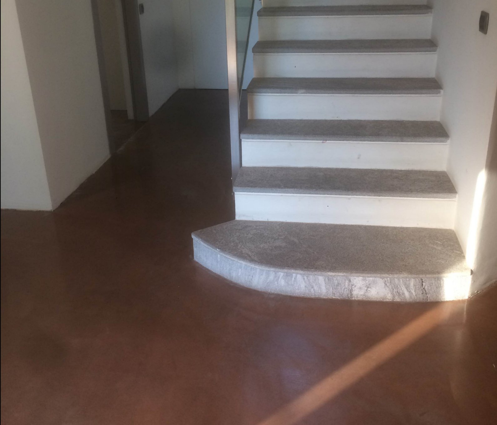 pavimento in resina ingresso e scala